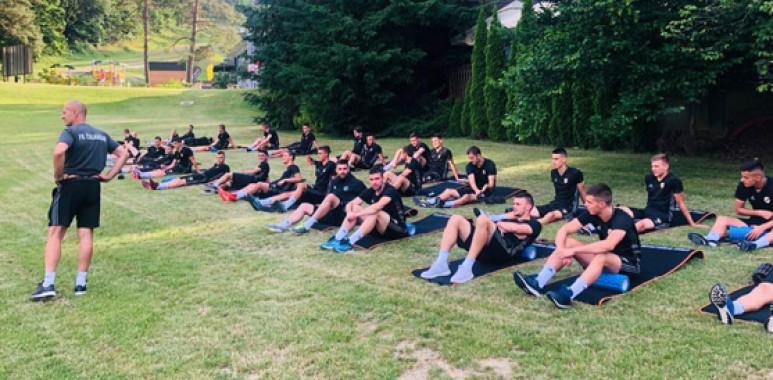 Čukarički stigao na Pohorje, za početak istezanje ispred hotela--